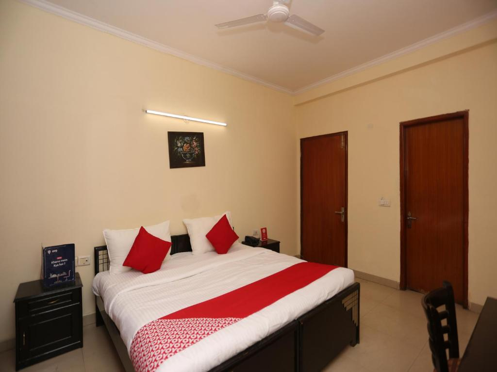 A bed or beds in a room at OYO 23332 Flagship Divine Inn