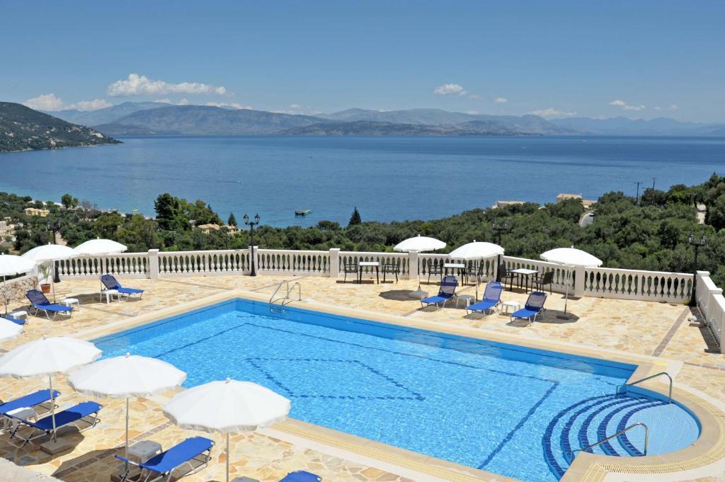 Θέα της πισίνας από το BBB - Barbati Blick Bungalows  ή από εκεί κοντά