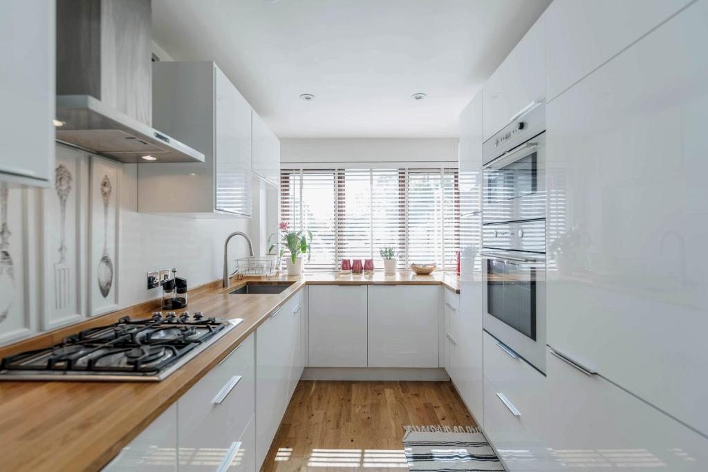 A kitchen or kitchenette at 4 Bed Westerry E14 House