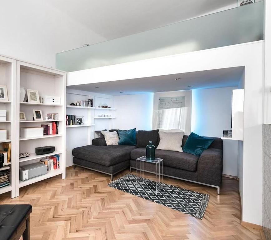 A seating area at Elegant Apartment