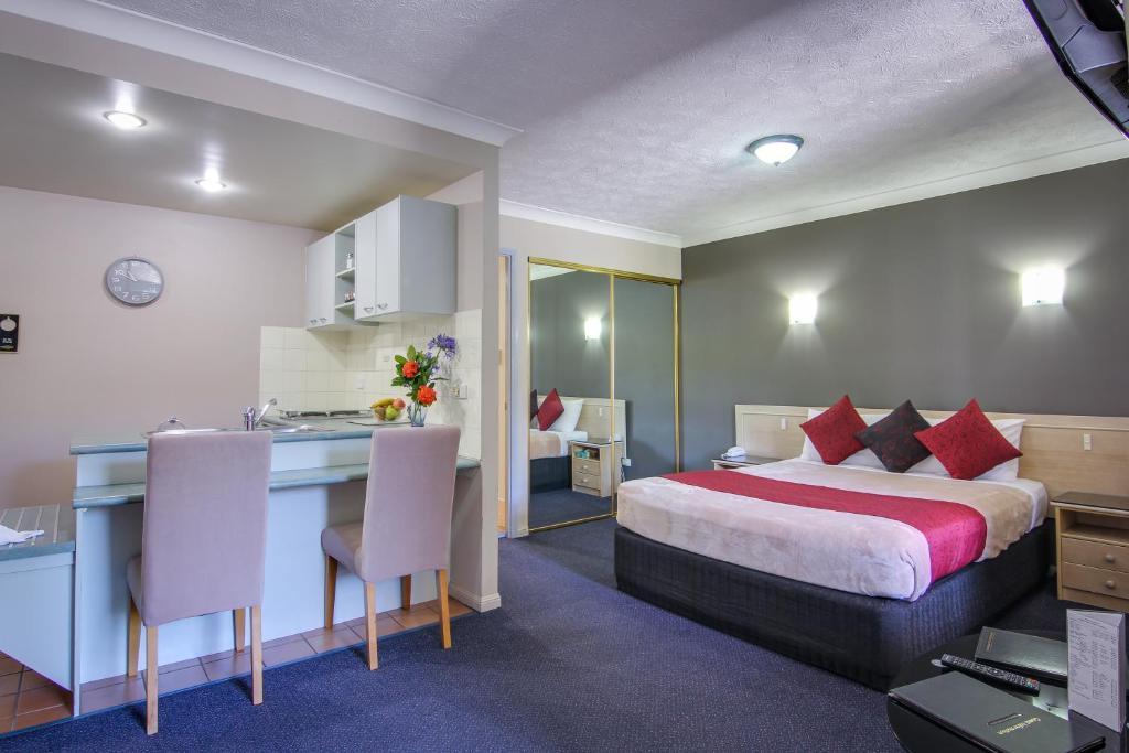 Cama o camas de una habitación en AAA Airport Albion Manor Apartments and Motel