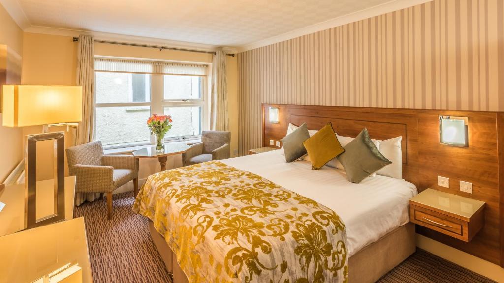 Un pat sau paturi într-o cameră la Clew Bay Hotel