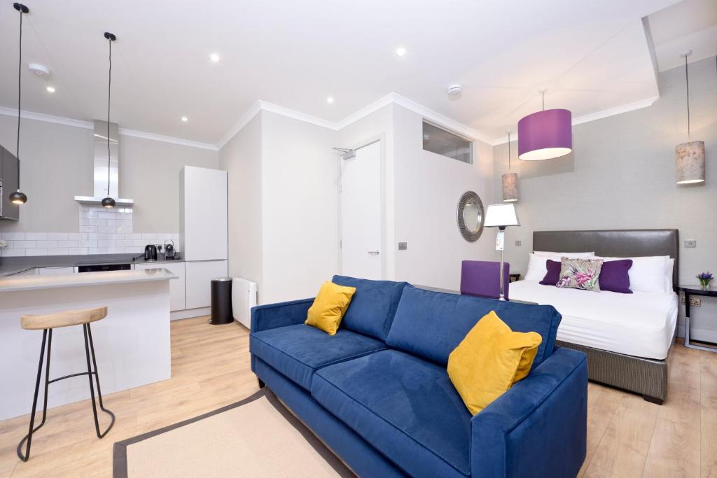 A seating area at Destiny Scotland Charlotte Square Apartments
