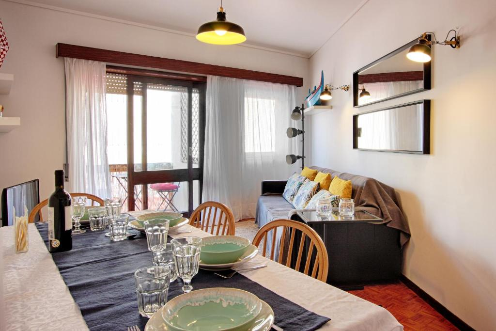 A restaurant or other place to eat at Sailing Apartment Aveiro
