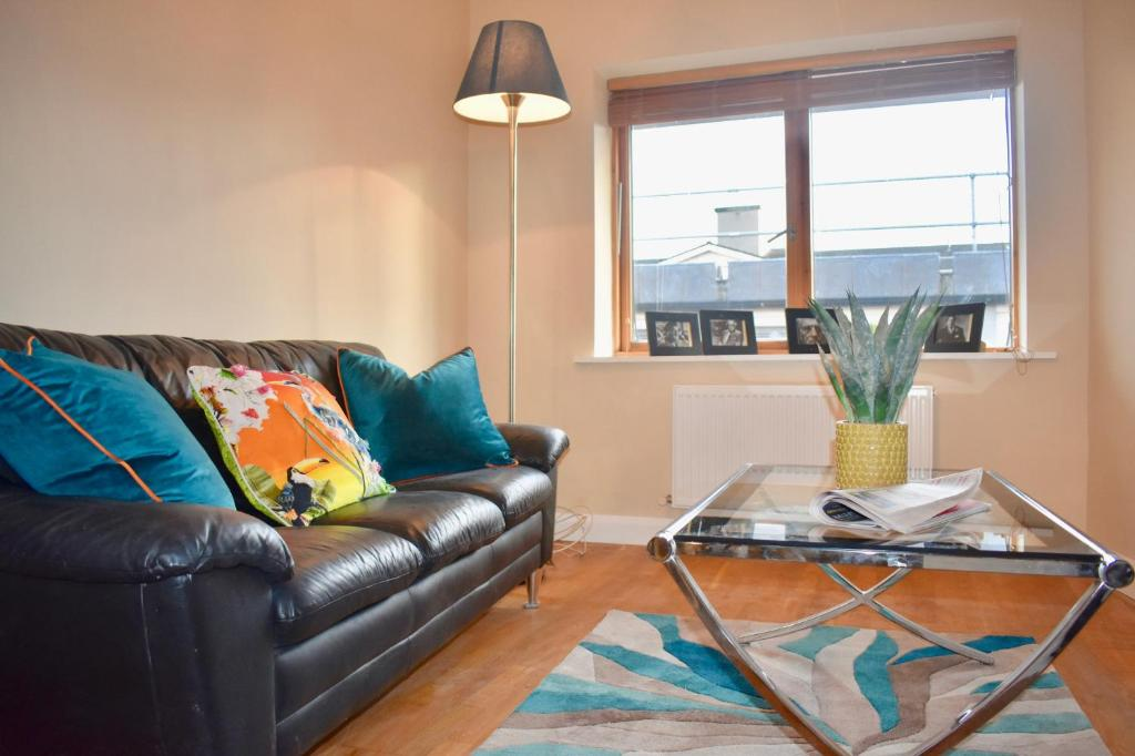 A seating area at Newly Refurbished 2 Bedroom Apartment in Temple Bar