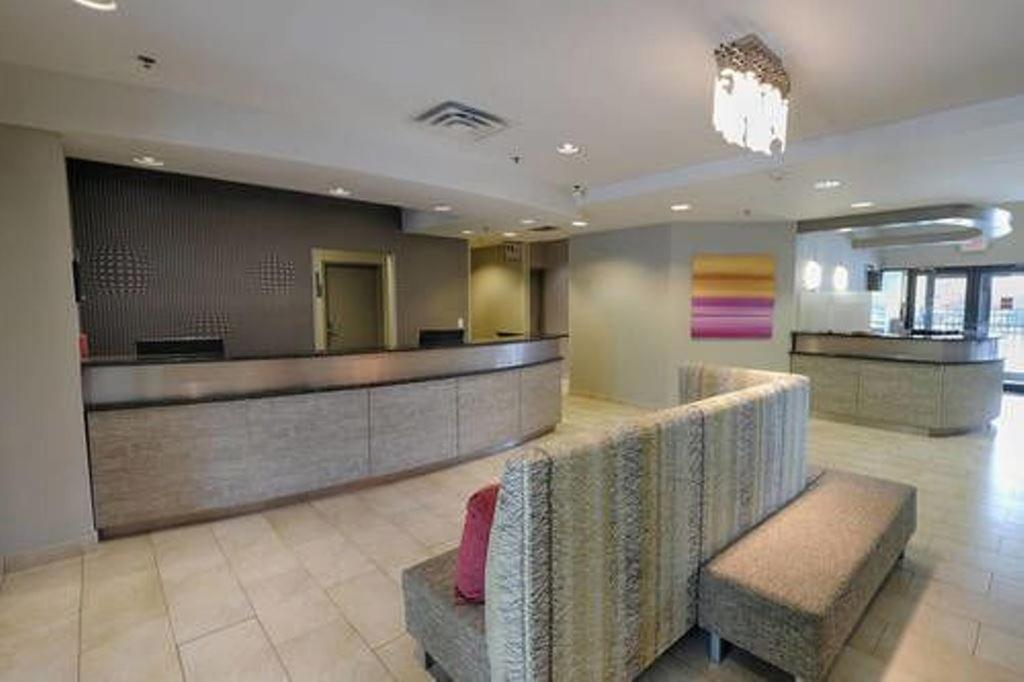 Hall o reception di Albany Airport Inn and Suites
