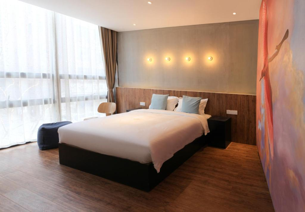 A bed or beds in a room at Fan She Design Hotel