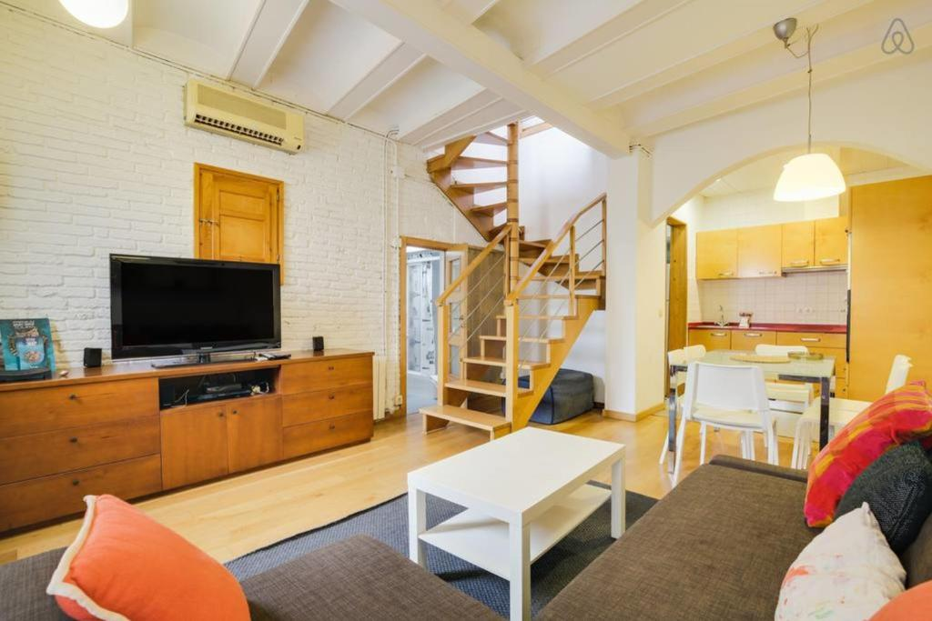 A television and/or entertainment center at Charming 2bed 2bath w/Sunny Terrace 10min to tube
