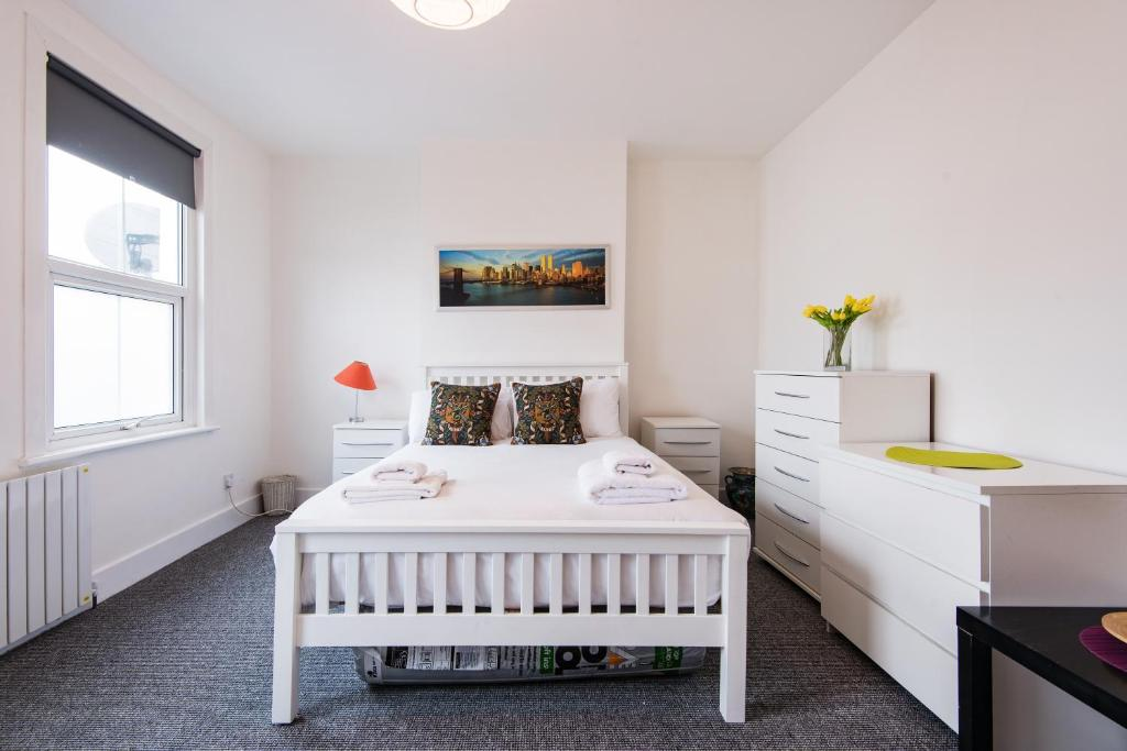 A bed or beds in a room at Stunning Family House - Quick Links Central