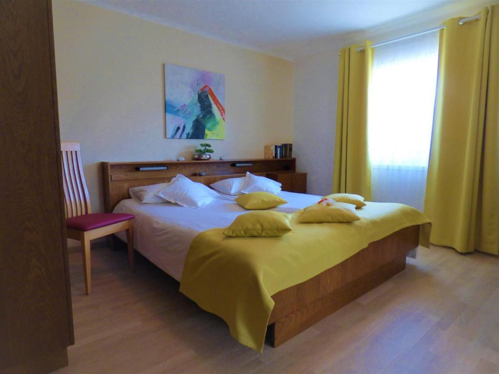 3e2ac0db7d Ein Bett oder Betten in einem Zimmer der Unterkunft Haus Thon