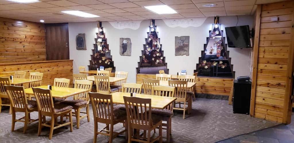 A Restaurant Or Other Place To Eat At Surestay Plus Hotel By Best Western Black River