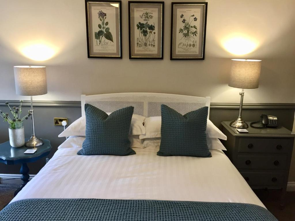 A bed or beds in a room at Bridge House Hotel