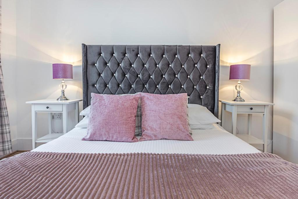 A bed or beds in a room at Knightsbridge Dream Apartment