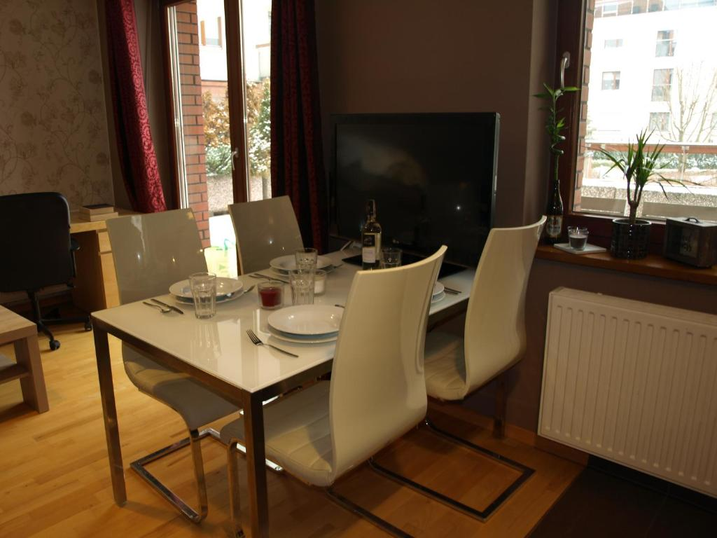 A television and/or entertainment center at Apartament przy parku