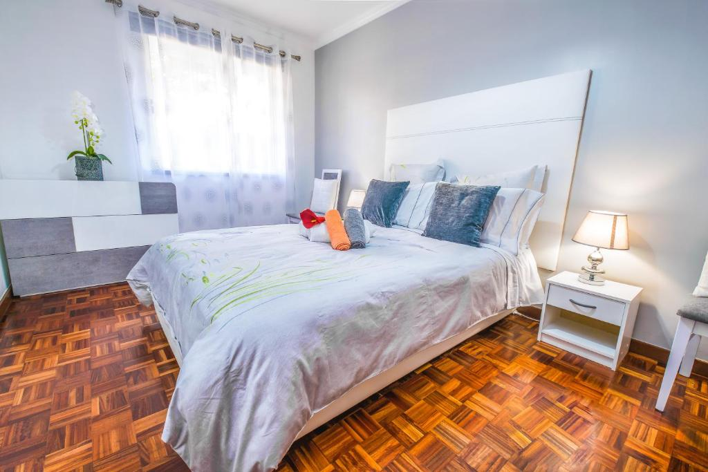 A bed or beds in a room at Luzia Garden - cozy & central apartment