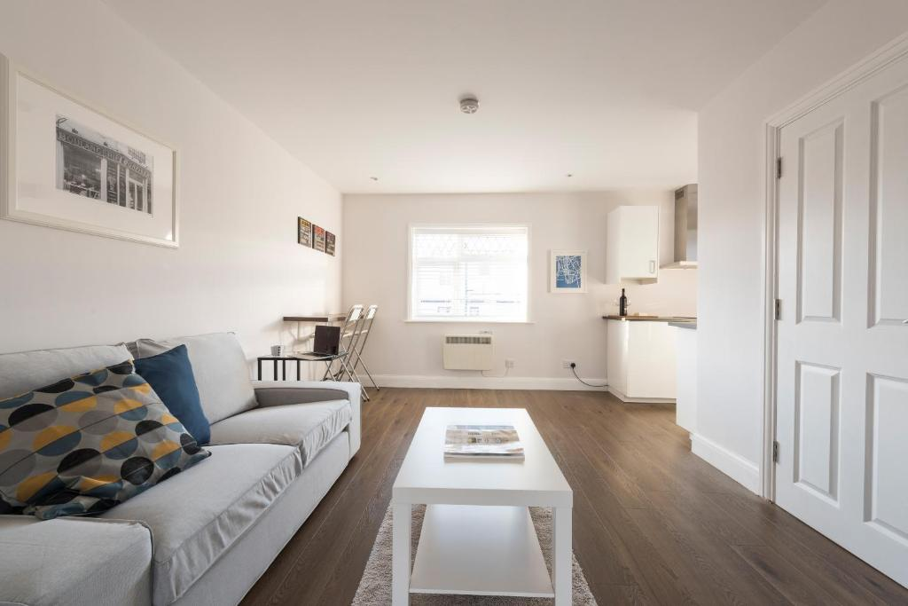 A seating area at Quality Apartments Close to Tube