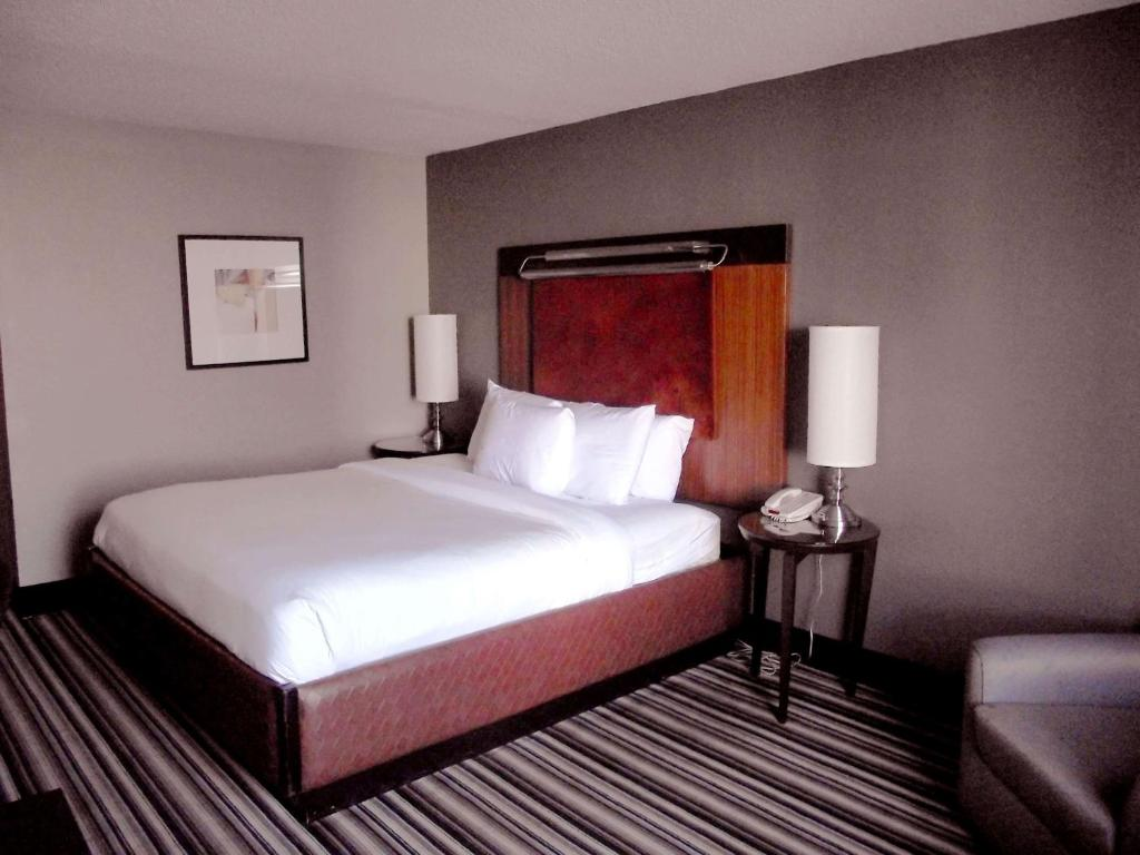 A bed or beds in a room at Travelodge by Wyndham Memphis Airport/Graceland
