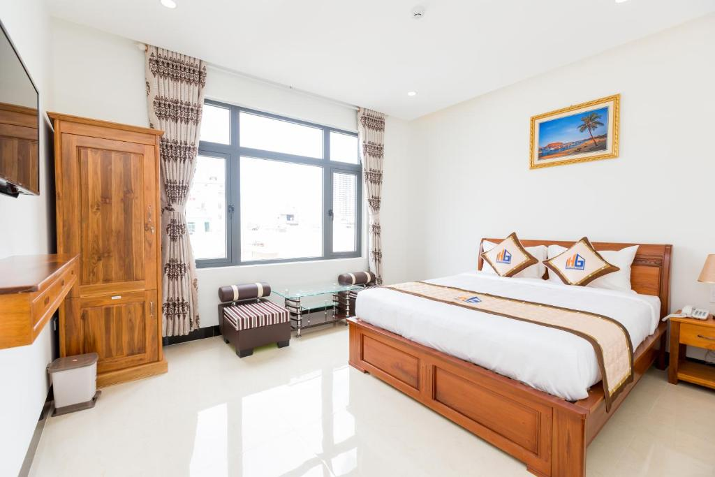 A bed or beds in a room at HUNG GIA HOTEL