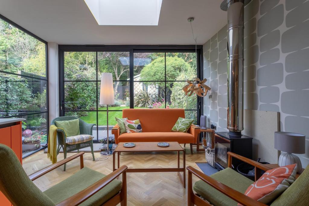 A seating area at Homely 2 Bedroom House in South East London