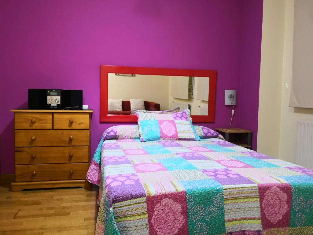 A bed or beds in a room at Apartamentos Chevere Violeta