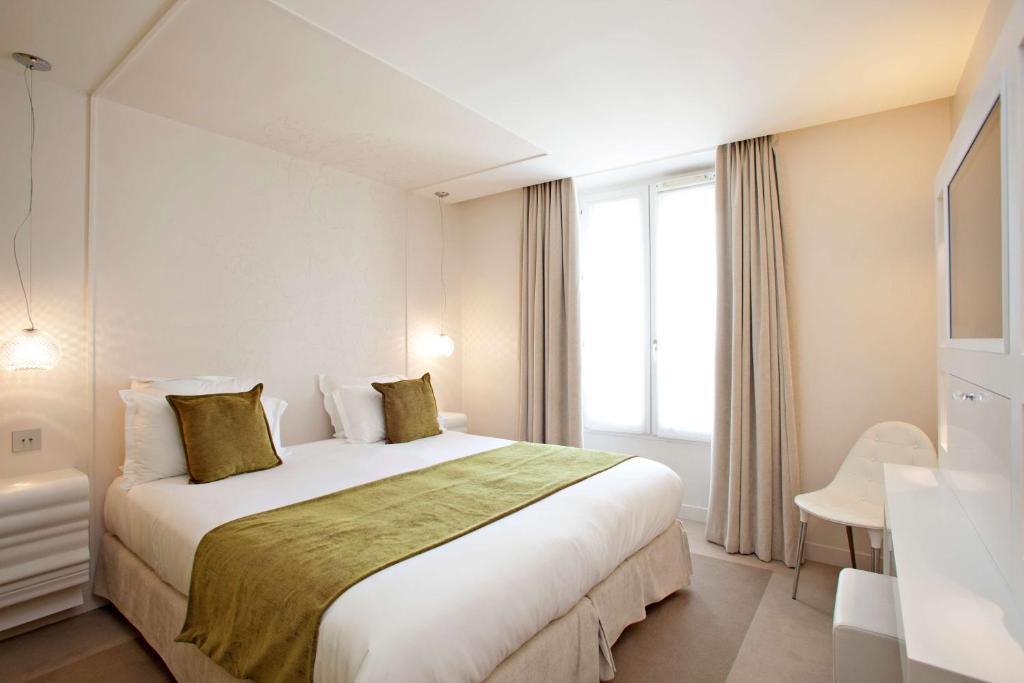 A bed or beds in a room at Best Western Plus Elysée Secret
