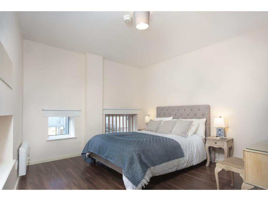Ein Bett oder Betten in einem Zimmer der Unterkunft Modern, light and spacious city centre pad for 4