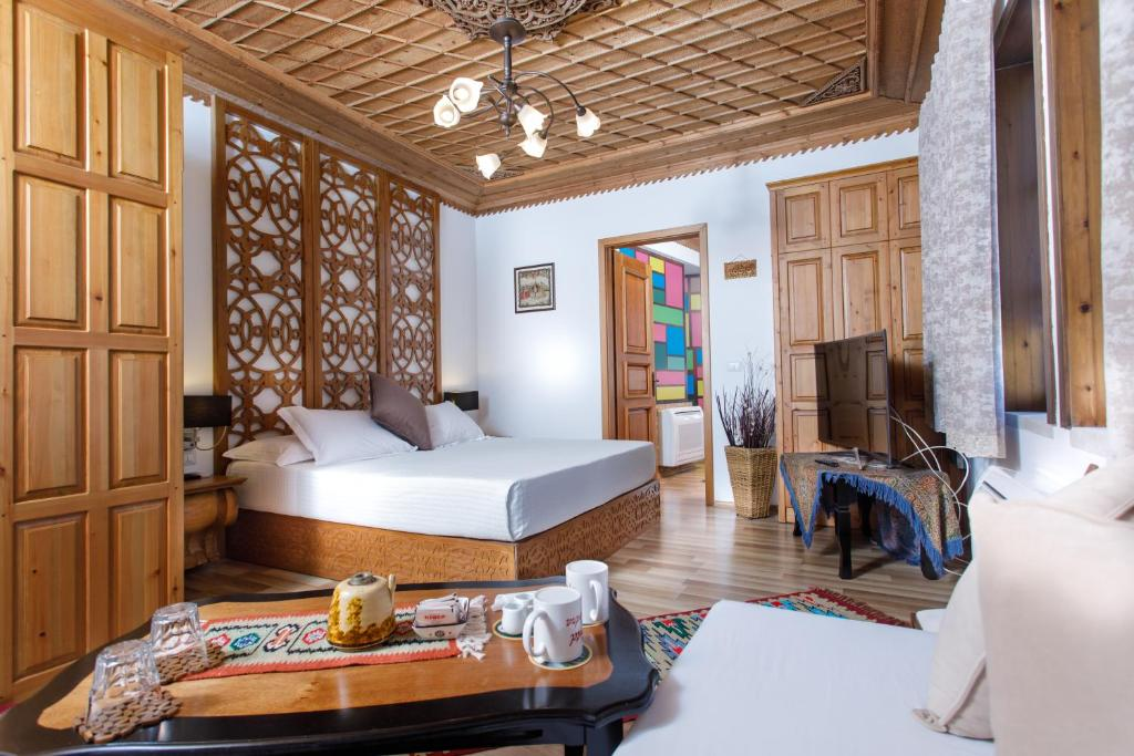 A bed or beds in a room at Hotel Kodra