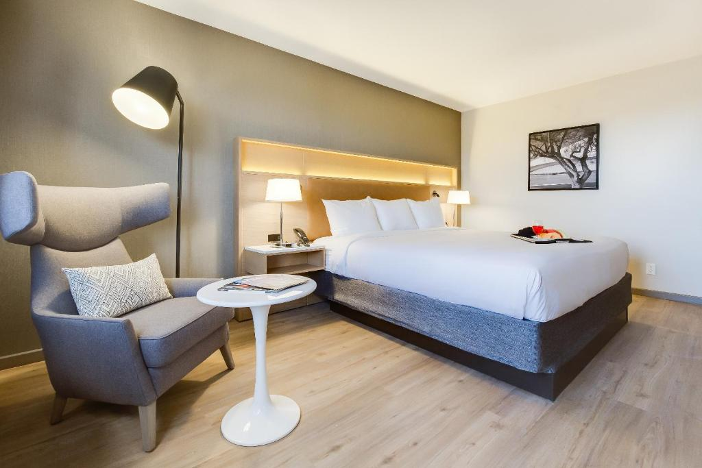 A bed or beds in a room at Radisson Hotel Seattle Airport