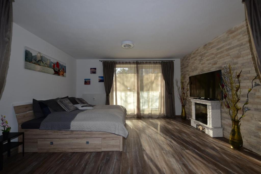 Televízia a/alebo spoločenská miestnosť v ubytovaní Deniz Apartment
