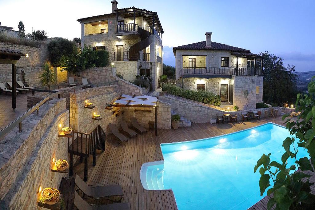 Uitzicht op het zwembad bij Asion Lithos of in de buurt