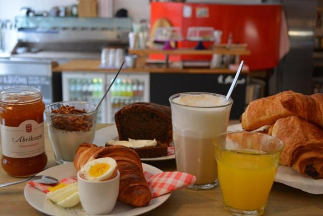 Breakfast options available to guests at Apartment Waagzicht