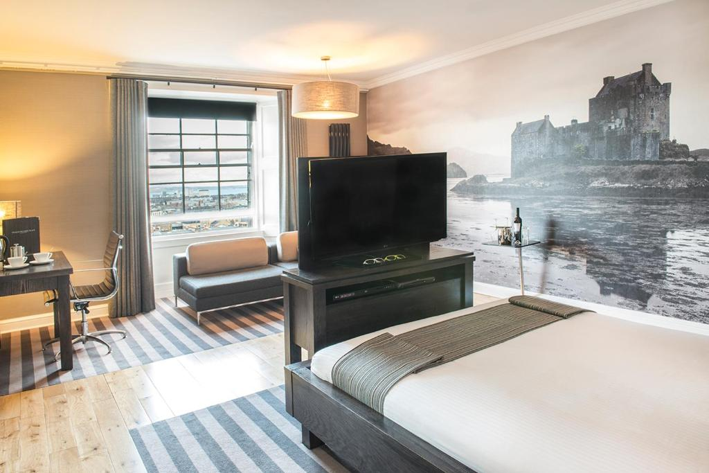A television and/or entertainment centre at Rooms & Suites Picardy Place