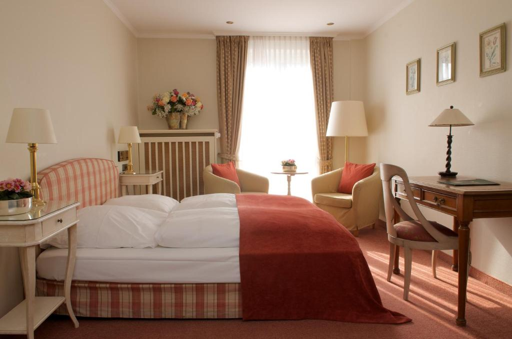 A bed or beds in a room at Hotel Schlicker