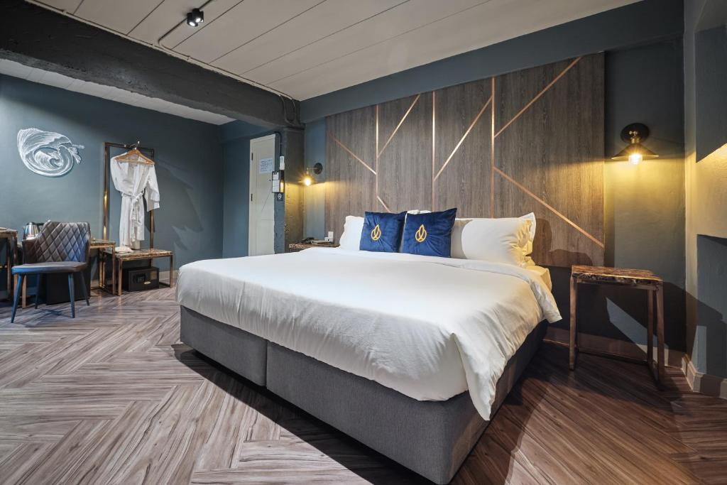 A bed or beds in a room at Ratchada Boutique Hotel