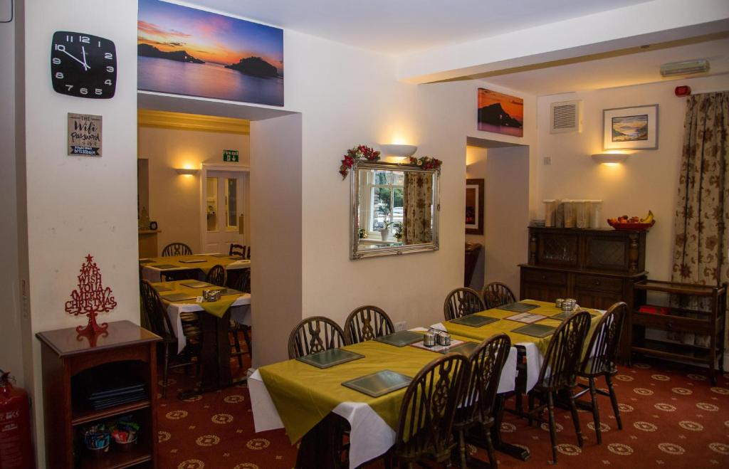 A restaurant or other place to eat at Fairlight Guesthouse
