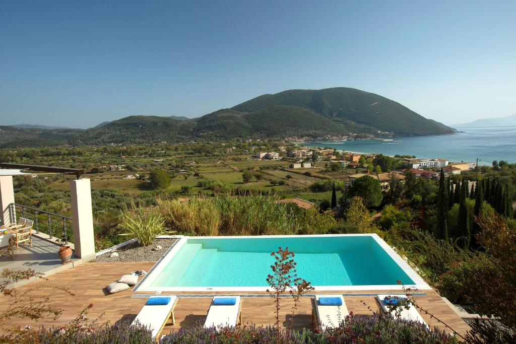 Θέα της πισίνας από το Anemos Luxury Villas ή από εκεί κοντά