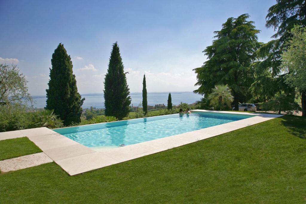 Bazén v ubytování Relais Colle San Giorgio nebo v jeho okolí