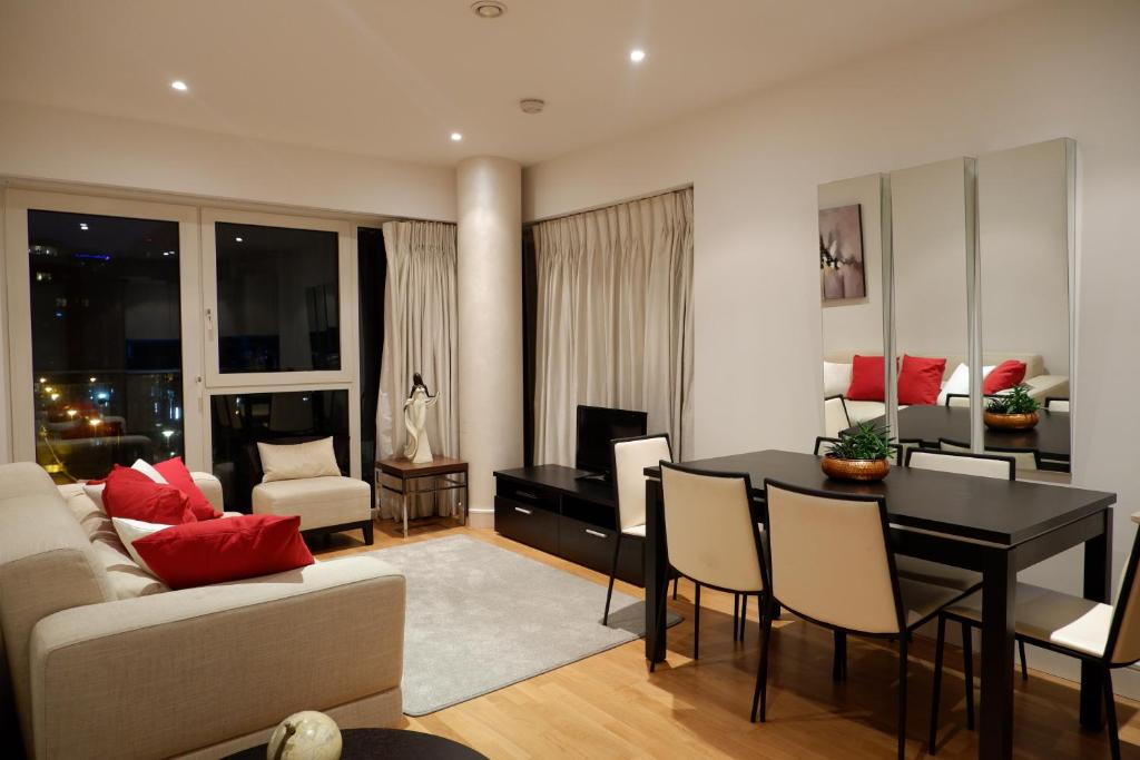 A seating area at Deluxe Riverside London Apartment