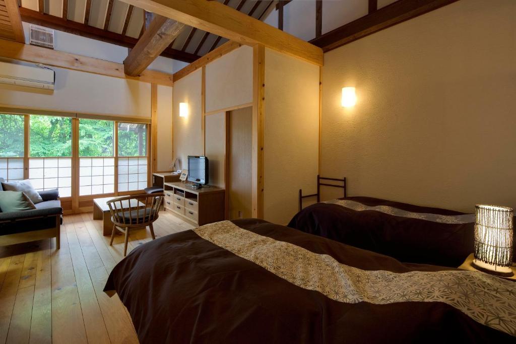 ポイント2.温かみある銘木を使用した客室