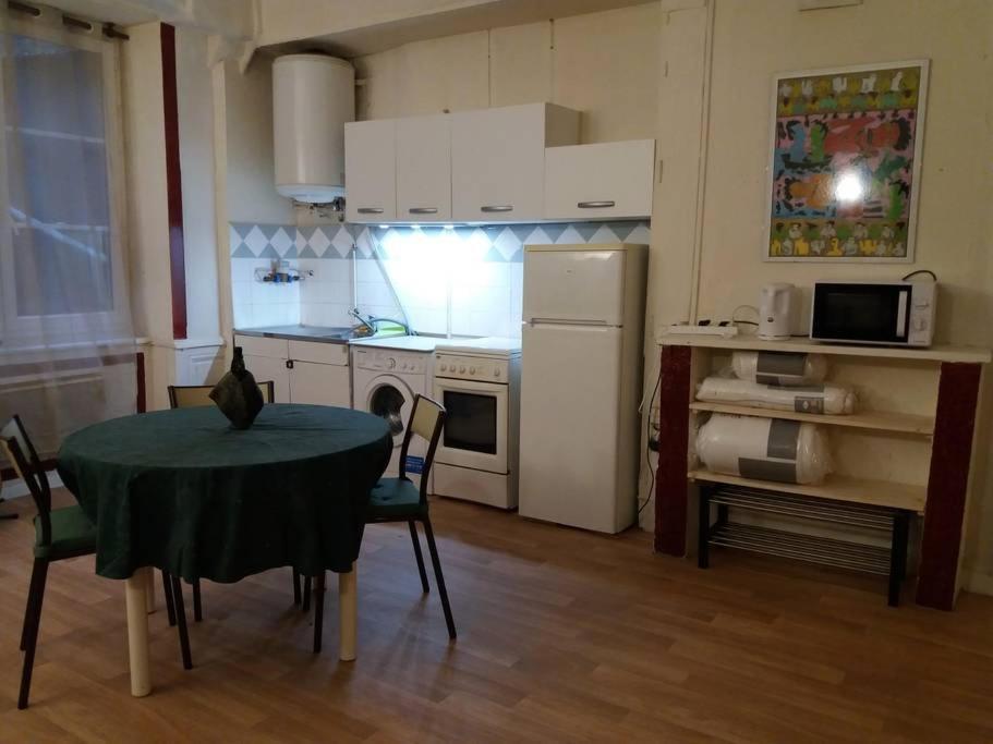 A kitchen or kitchenette at logement Quai de Pierre-Scize