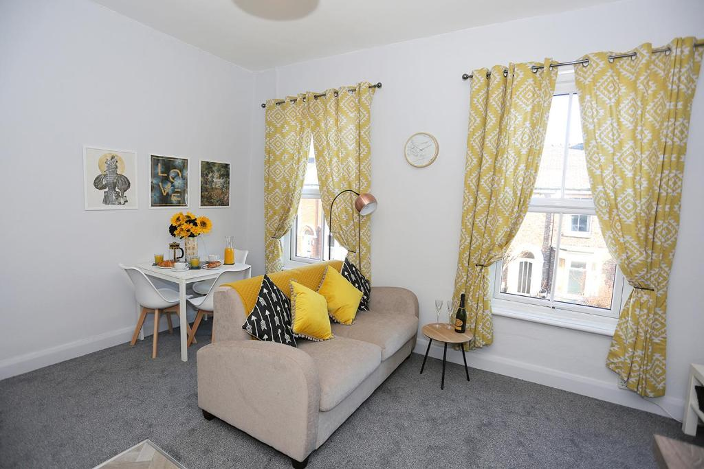 A seating area at Nunthorpe Road Apartment
