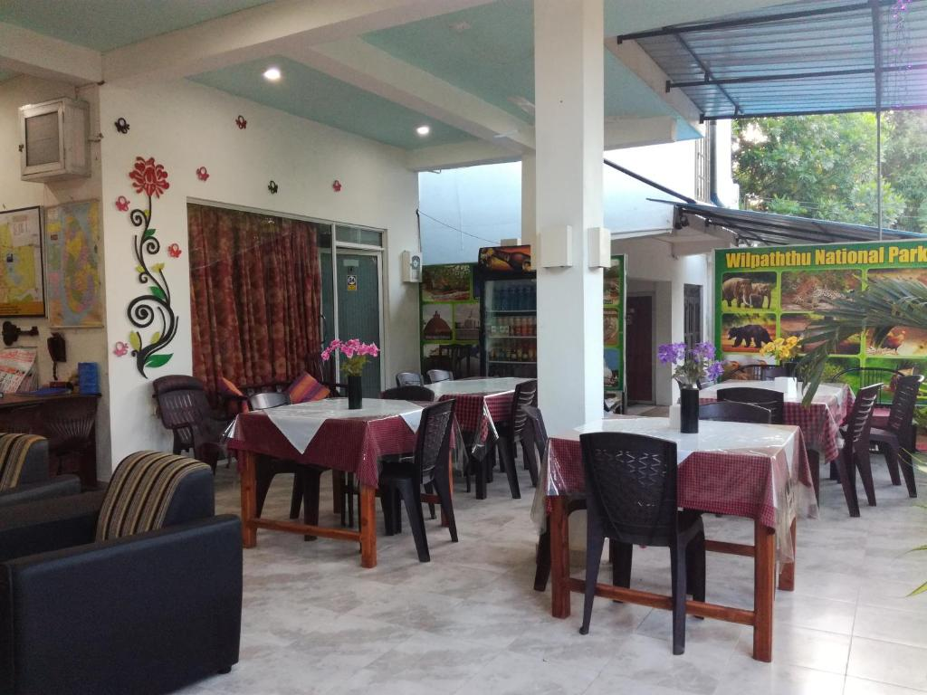 A restaurant or other place to eat at Bevary City Hotel