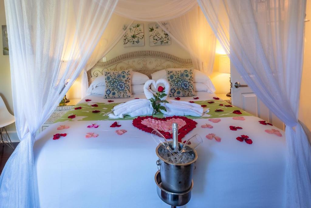 Ein Bett oder Betten in einem Zimmer der Unterkunft Duval Gardens