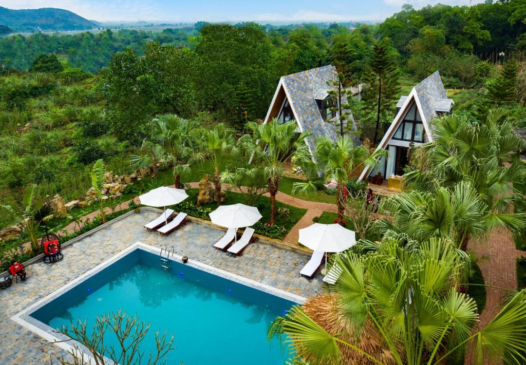 A view of the pool at Bai Dinh Garden Resort & Spa or nearby
