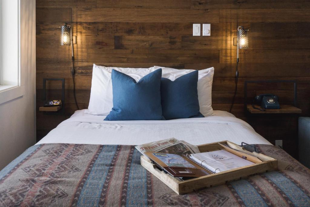 A bed or beds in a room at Snow Valley Lodging