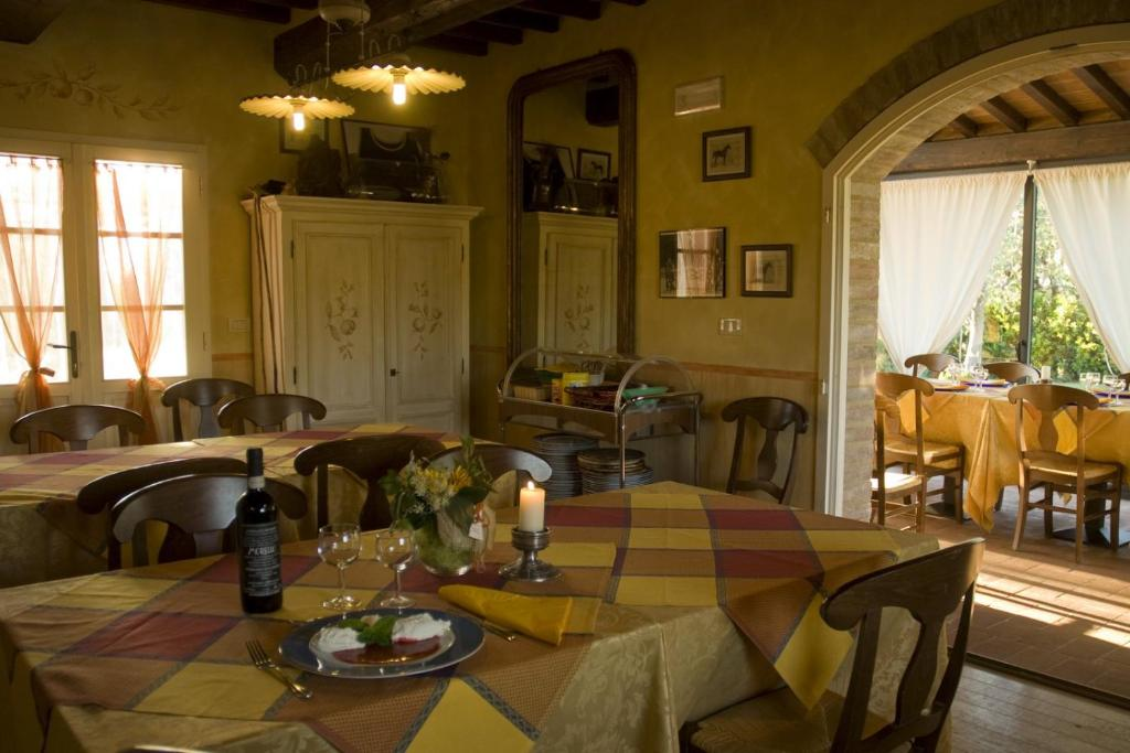 A restaurant or other place to eat at Agriturismo Il Melograno di Banditella