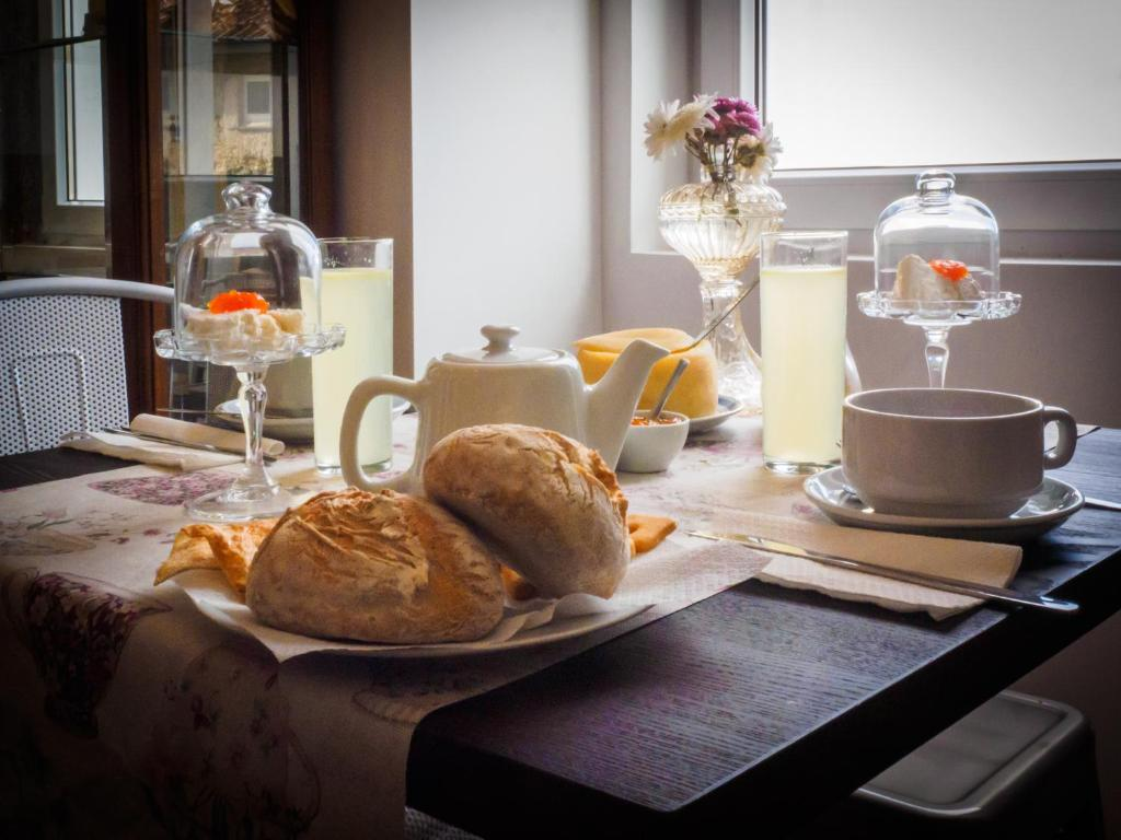 Breakfast options available to guests at Memórias Charme Residences