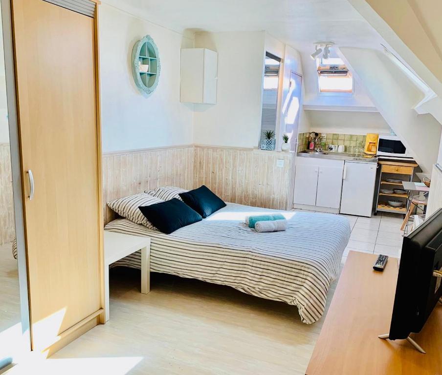A bed or beds in a room at La Company Des Concierges : Le Galion