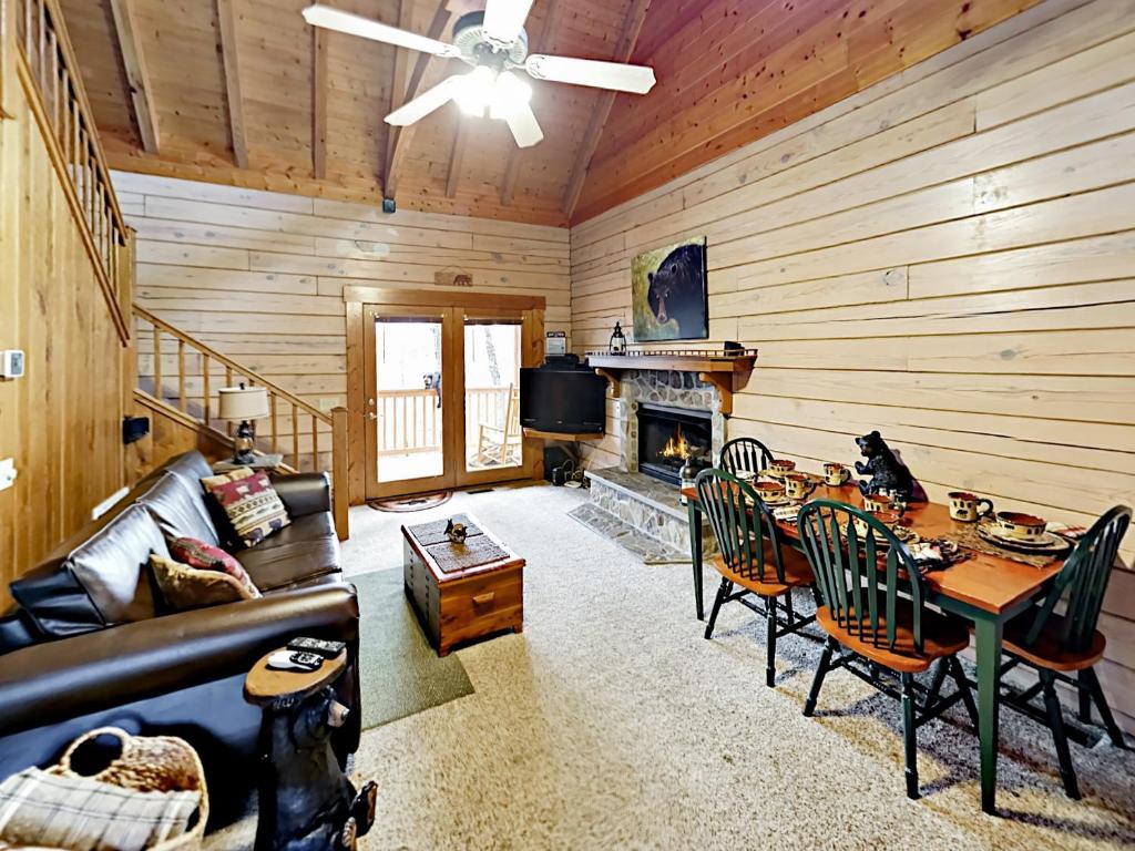 Vacation Home Ridgetop Retreat - 2 Cabins Cabin, Gatlinburg