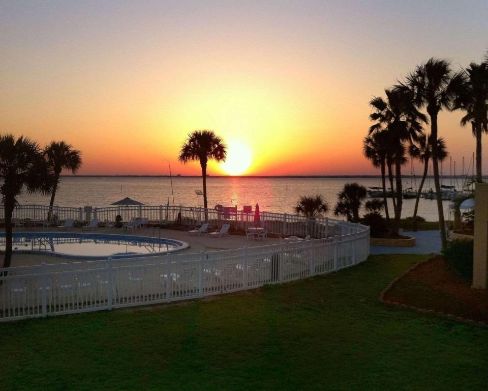 Quality Inn Suites Gulf Breeze Fl Booking Com